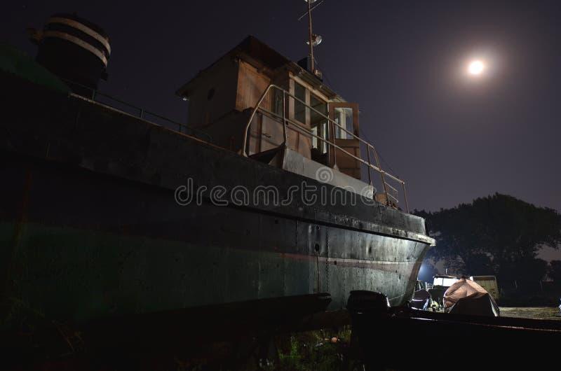 Oud schip onder maanlicht royalty-vrije stock afbeelding