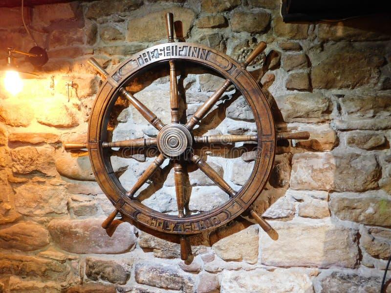Oud Schip` s Wiel in de Herberg van het Barschip op Lindisfarne het Heilige Eiland stock afbeelding