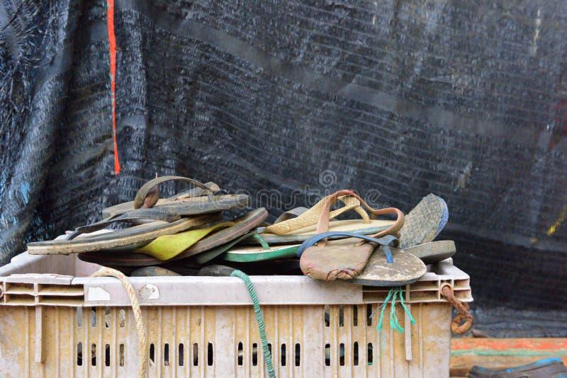 Oud schoenafval niet dat dan links in de mand wordt gebruikt royalty-vrije stock afbeelding