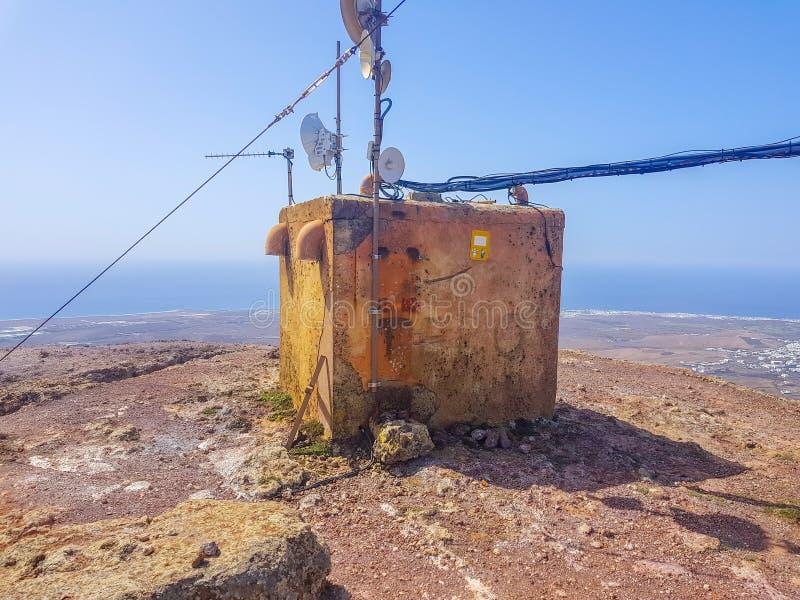 Oud signaal die de antennebouw herhalen Gevestigd in witte berg, Lanzarote, Canarische Eilanden, Spanje royalty-vrije stock afbeelding