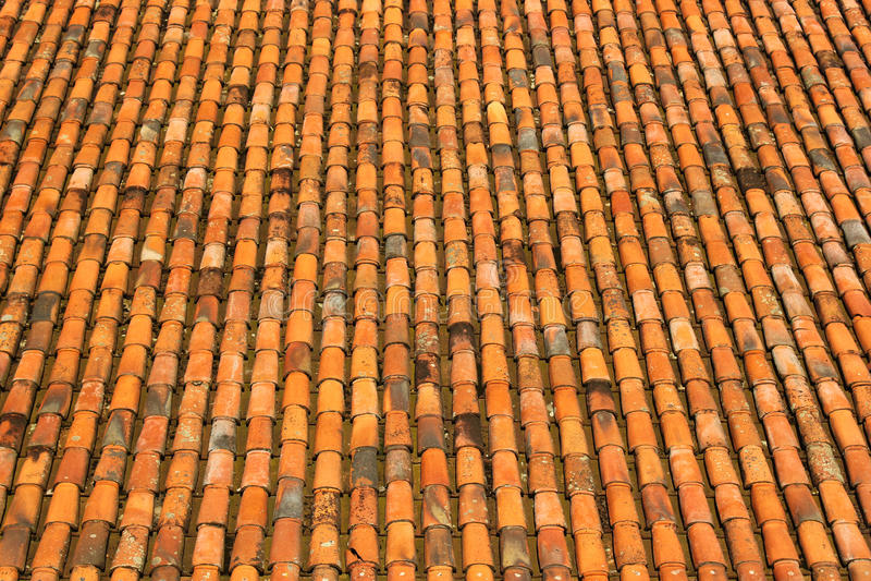 Oud sinaasappel doorstaan van dakdakspanen en keramische tegels patroon stock foto