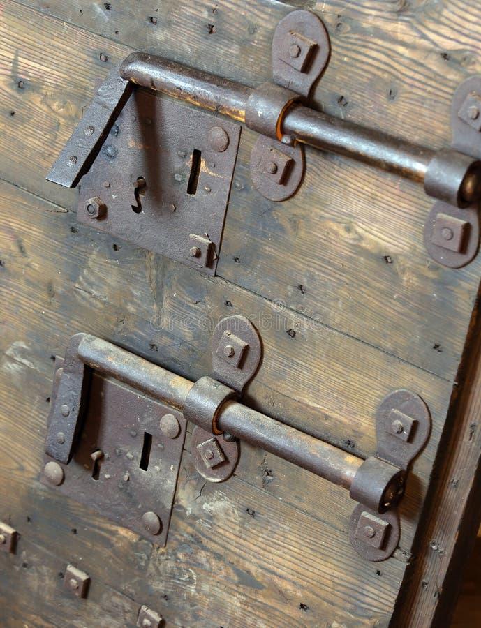 Oud slot met grote deadbolt om de deur van middeleeuwse cas te sluiten stock afbeeldingen