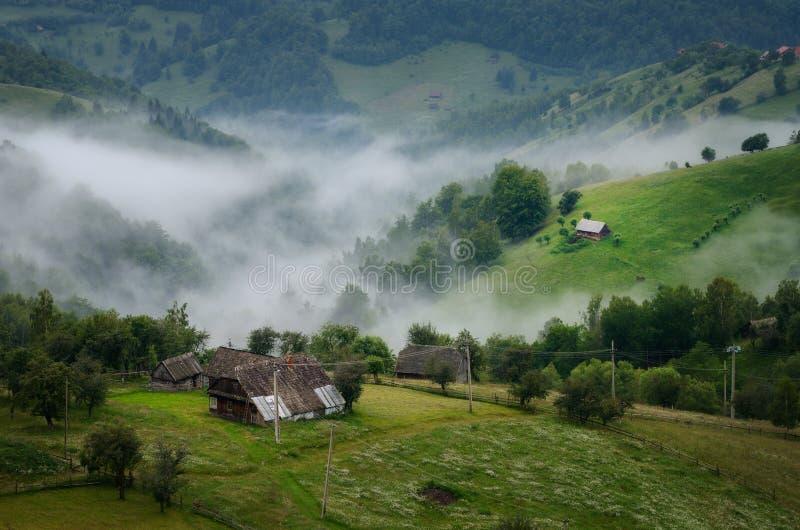 Oud solitair huis in idyllisch platteland royalty-vrije stock foto