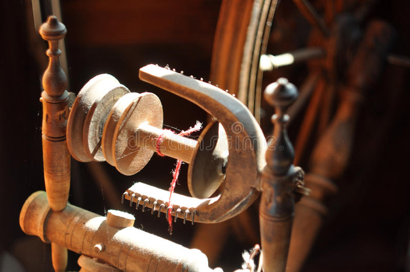 Oud spinnewiel details stock afbeelding