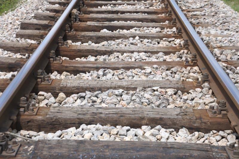 Oud spoorwegspoor met de houten dwarsbalk stock afbeeldingen