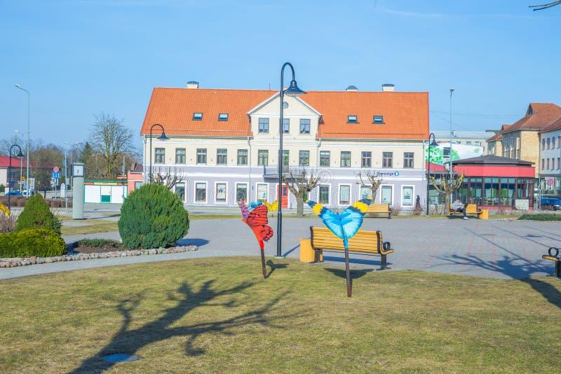Oud stadscentrum en huis in Saldus, Letland stock fotografie