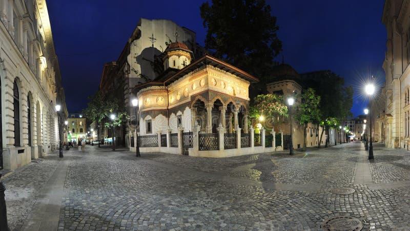 Oud stadscentrum van Boekarest 's nachts - Stavropoleos-klooster royalty-vrije stock afbeeldingen