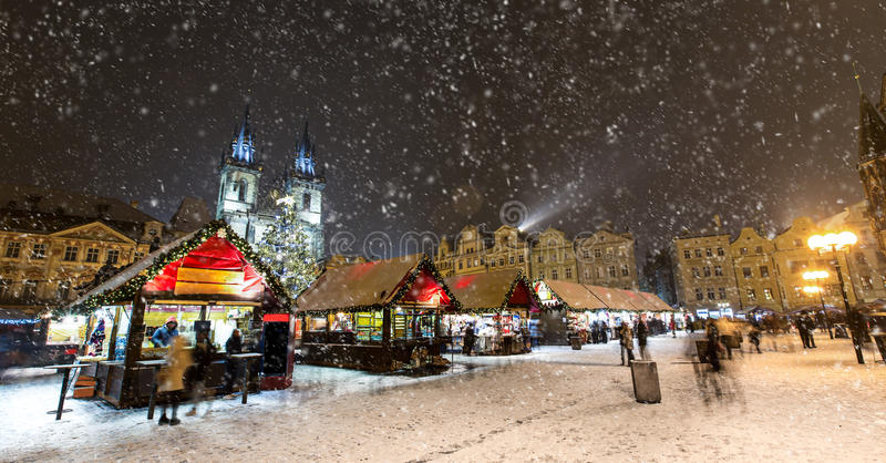 Oud stadsvierkant in Praag in Christmass-tijd royalty-vrije stock afbeelding