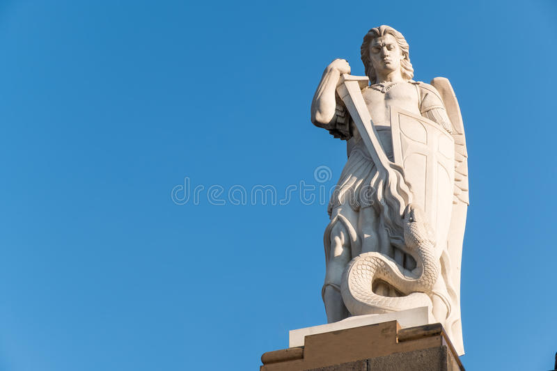 Oud standbeeld van de Aartsengel Heilige die Michael de draak bestrijden royalty-vrije stock afbeelding