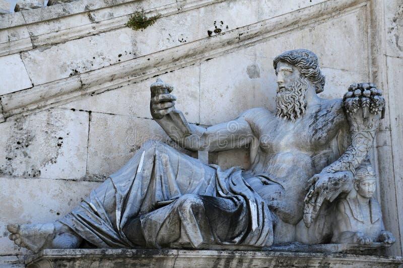 Oud Standbeeld van Nile River God stock afbeeldingen