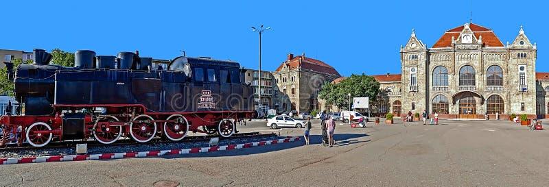 Oud station in Arad, Roemenië en een stoomlocomotief vooruit royalty-vrije stock fotografie