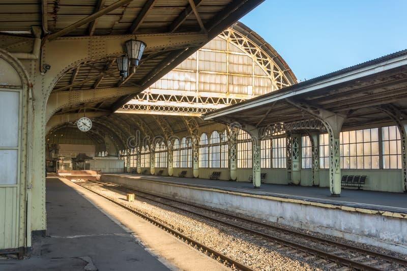 Oud station met een platformklok leeg zonder mensen royalty-vrije stock afbeeldingen