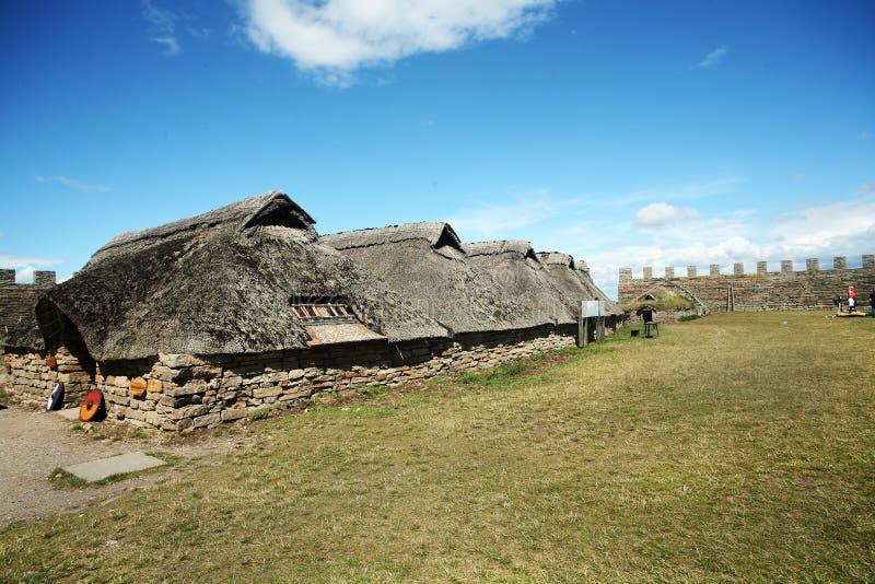 Oud steenhuis binnen Eketorps borg met strodak royalty-vrije stock afbeeldingen