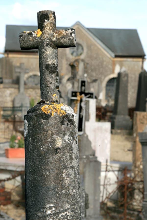 Oud steenkruis bij een kerkhof royalty-vrije stock afbeeldingen