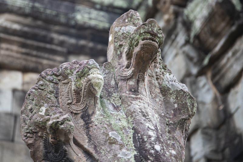 Oud steenstandbeeld van Naga, hinduist goddelijk schepsel, de tempel van Banteay Samre, Angkor Wat, Kambodja stock fotografie