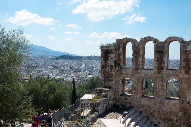 Oud steentheater met marmeren stappen van Odeon van Herodes Atticus op de zuidelijke helling van de Akropolis royalty-vrije stock afbeelding