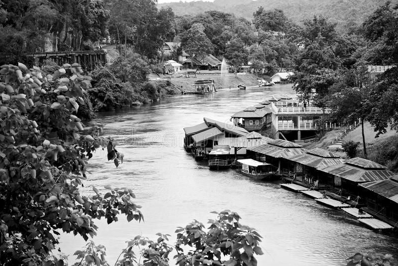 Oud stijl drijvend huis op Khwae-rivier, Karnchanaburi Thailand stock afbeeldingen