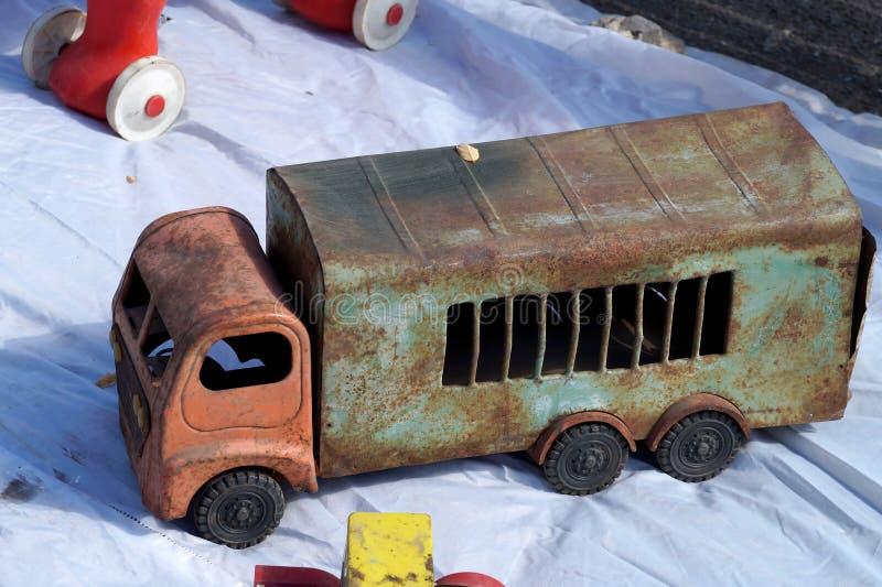 Oud stuk speelgoed in de vorm van de vrachtwagen stock foto's