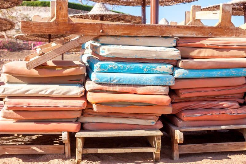 Oud sunbed het strand van Egypte royalty-vrije stock fotografie