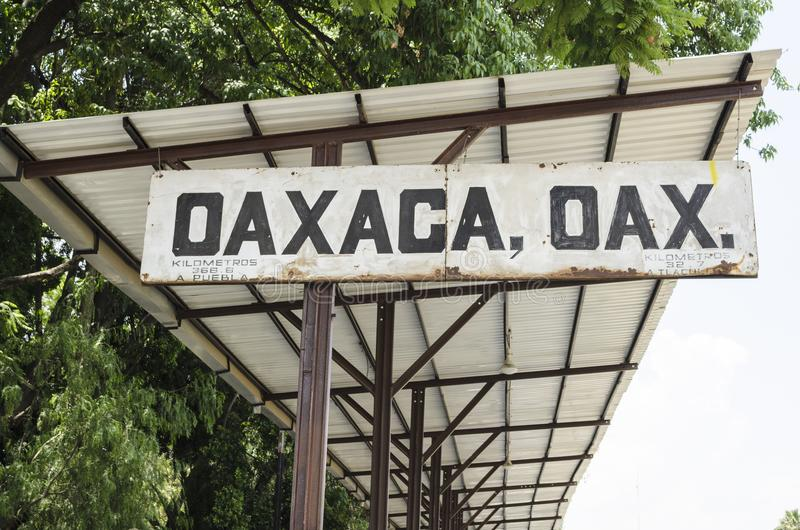 Oud teken bij station in Oaxaca, Mexico stock fotografie