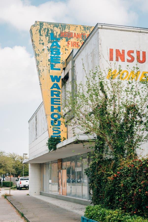 Oud teken en de verlaten bouw in de Hoogten, Houston, Texas stock afbeeldingen
