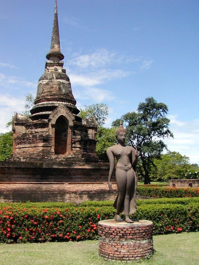 Oud Thais tempel + standbeeld stock foto's