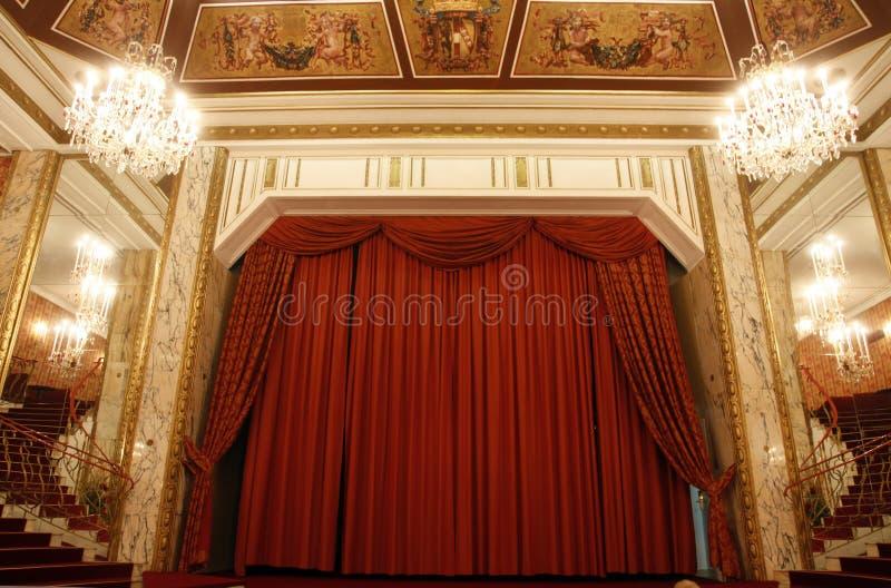 Oud theaterstadium en rood gordijn royalty-vrije stock foto