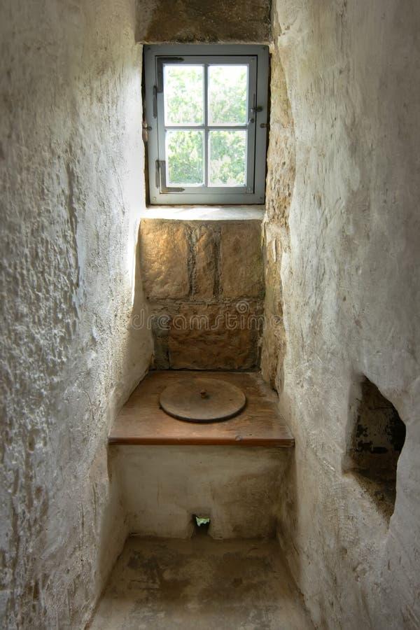 Oud toilet stock afbeelding