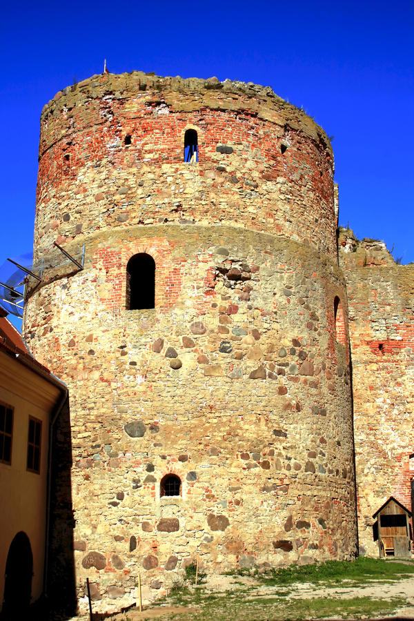 Oud torenkasteel in stad Bauska royalty-vrije stock afbeeldingen