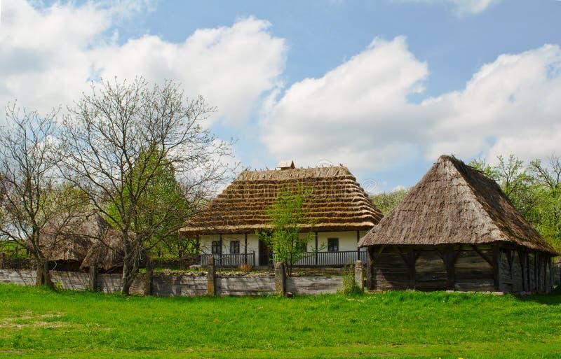 Oud traditioneel Oekraïens landelijk plattelandshuisje met a royalty-vrije stock afbeelding