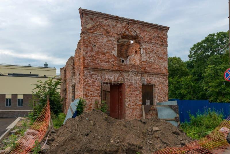 Oud twee-verhaal baksteenhuis stock afbeelding