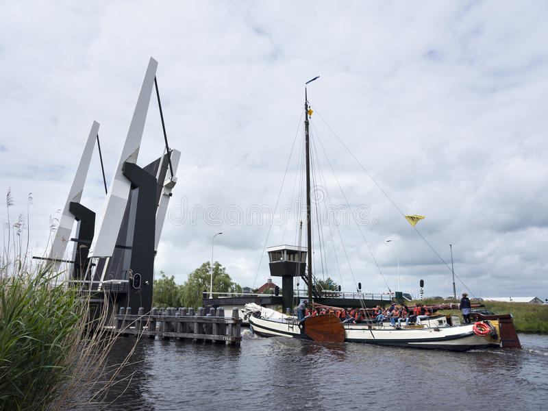 Oud typisch houten varend schip op meer dichtbij Sneek in Nederlands PR royalty-vrije stock afbeelding
