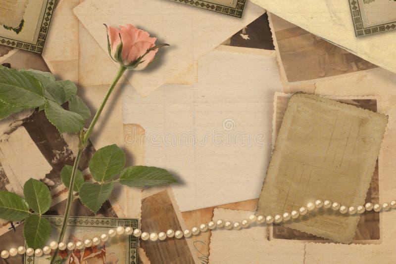 Oud uitstekend archief met foto's en roze rozen royalty-vrije stock foto