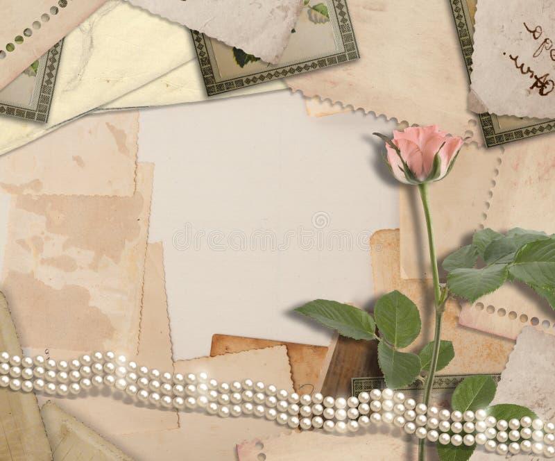 Oud uitstekend archief met foto's en roze rozen stock fotografie