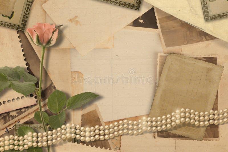 Oud uitstekend archief met foto's en roze rozen stock foto's