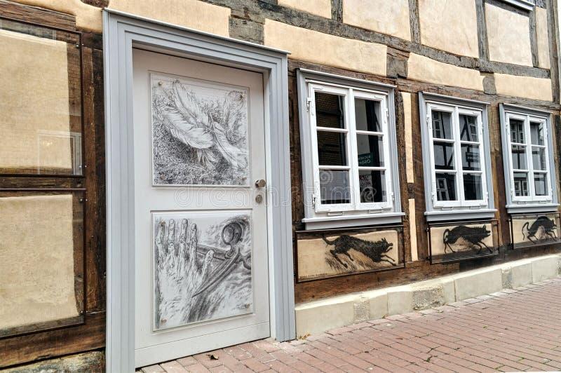 Oud uitstekend Duits huis met het trekken op de houten deur royalty-vrije stock foto's