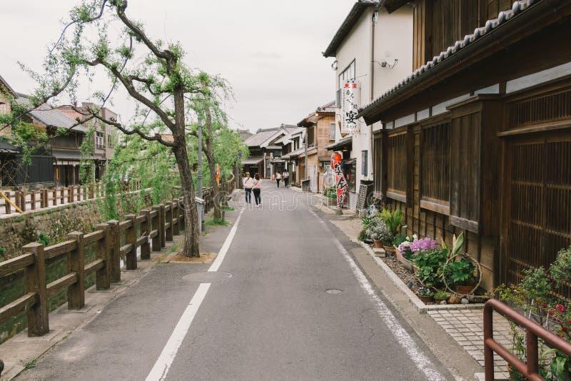 Oud uitstekend houten Japans huis langs kleine straat door Tonegawa rivier in Sawara-beroemd dorp, weinig oude stad van Edo royalty-vrije stock foto