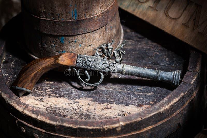 Oud uitstekend kanon stock afbeelding