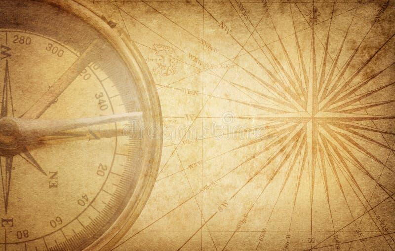 Oud uitstekend retro kompas op oude kaart Overleving, exploratie stock foto