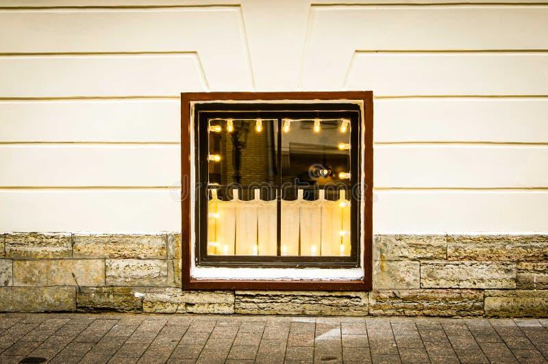 Oud uitstekend venster van vloer onder de grond stock fotografie