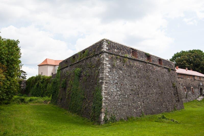 Oud Uzhgorod-kasteel in de Oekraïne op een zonnige dag royalty-vrije stock foto