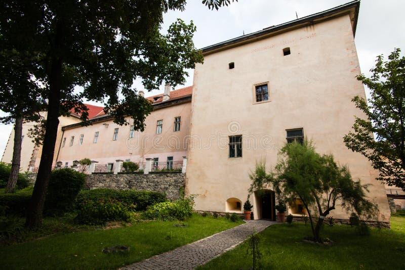 Oud Uzhgorod-kasteel in de Oekraïne op een zonnige dag royalty-vrije stock afbeelding