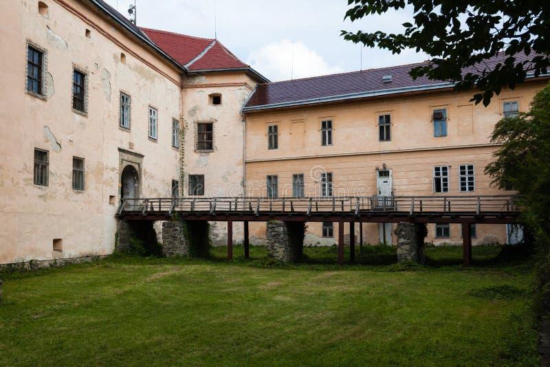 Oud Uzhgorod-kasteel in de Oekraïne op een zonnige dag royalty-vrije stock fotografie