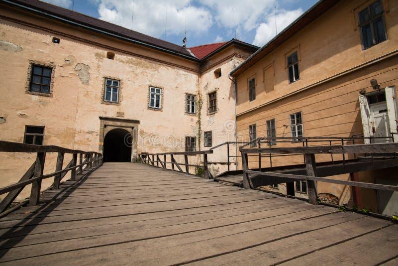 Oud Uzhgorod-kasteel in de Oekraïne op een zonnige dag stock foto's