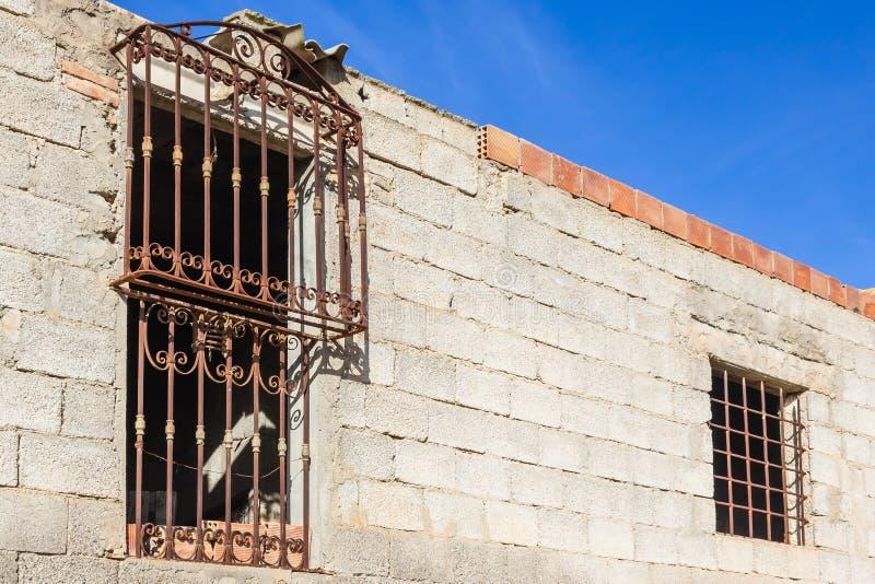Oud van tralies voorzien venster royalty-vrije stock foto