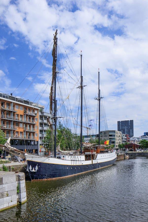 Oud Varend die schip in Willemdok, Antwerpen, België wordt vastgelegd stock fotografie