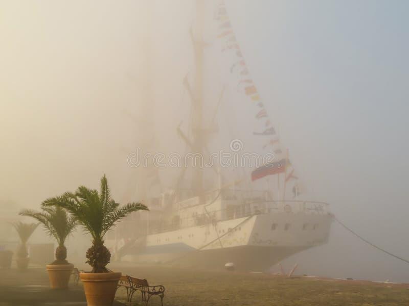 Oud varend schip in mistige dag stock foto's