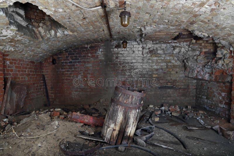 Oud vat in kelderverdieping royalty-vrije stock afbeeldingen