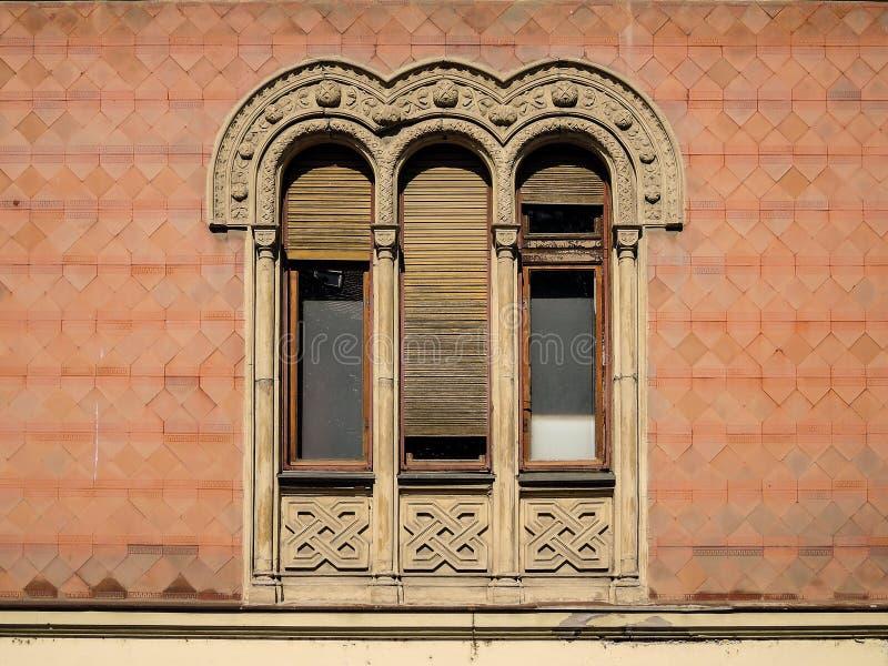 Oud venster in de Byzantijnse stijl stock fotografie