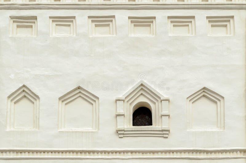 Oud venster in de klokketoren van de kathedraal van Heilige Sophia in Veliky Novgorod, Rusland stock foto's